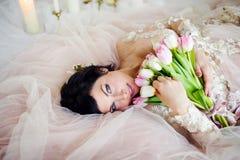 Belle fille dans une robe avec un bouquet Photographie stock libre de droits