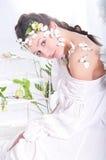 Belle fille dans une robe blanche avec des papillons Photographie stock libre de droits