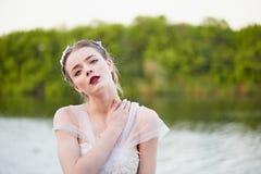 Belle fille dans une robe blanche se tenant prêt l'eau, contacts le cou Style de Boho photographie stock