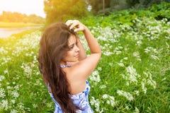 Belle fille dans une robe bleue parmi des wildflowers images libres de droits