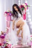 Belle fille dans une robe de boudoir dans le studio image stock