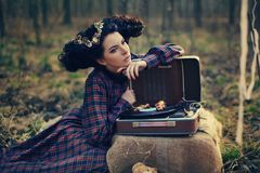 Belle fille dans une robe de plaid dans les bois Images libres de droits