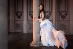 Belle fille dans une robe de vintage, dans le conte de fées intérieur, gothique et sombre Images libres de droits