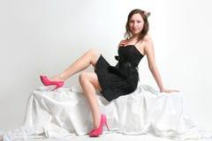 Belle fille dans une robe noire photos libres de droits