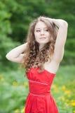 Belle fille dans une robe rouge Photo libre de droits