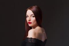 Belle fille dans une robe sexy noire photos stock