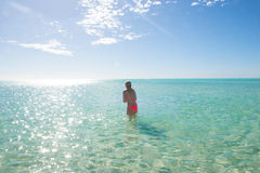 Belle fille de bikini dans l'océan tropical Photo stock
