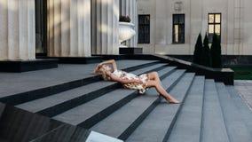Belle fille de blondie dans la robe en été photos libres de droits