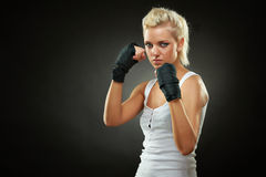 Belle fille de boxeur avec le bandage noir sur des mains Photographie stock