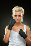 Belle fille de boxeur avec le bandage noir sur des mains Image libre de droits