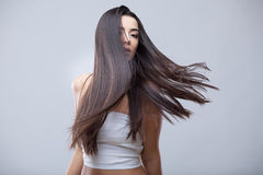 Belle fille de brune avec de longs cheveux sains Photo libre de droits