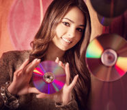 Belle fille de brune avec des Cd brillants multiples Photographie stock libre de droits