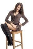 Belle fille de brune dans des sourires gais hamming de bas noirs Photo libre de droits