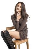 Belle fille de brune dans des sourires gais hamming de bas noirs Image libre de droits