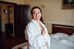 Belle fille de brune dans une chambre d'hôtel Photos libres de droits