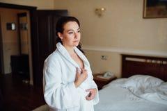 Belle fille de brune dans une chambre d'hôtel Image libre de droits