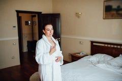 Belle fille de brune dans une chambre d'hôtel photographie stock