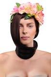 Belle fille de brune en fleurs sur un fond blanc Image libre de droits