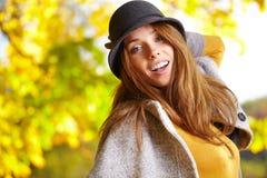 Belle fille de brune en parc d'automne Le DA ensoleillé chaud Photos stock