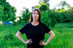 Belle fille de brune Pendant l'été en parc en nature Dans des vêtements quotidiens Expression émotive de rêver la rêverie Photographie stock libre de droits