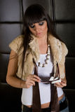 Belle fille de brunette avec des glaces photographie stock libre de droits