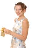 Belle fille de Brunette avec un cadeau photos libres de droits