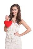 Belle fille de brunette avec un signe de coeur Images stock