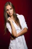 Belle fille de brunette dans le blanc avant le rouge Image libre de droits