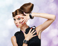 Belle fille de charme avec la coiffure créative photos libres de droits