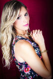 Belle fille de cheveux blonds de portrait avec le maquillage et le fond rouge photo libre de droits
