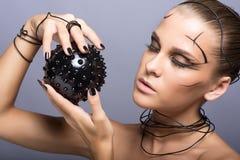 Belle fille de cyber avec la boule épineuse noire Images libres de droits