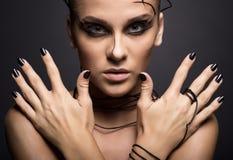Belle fille de cyber avec le maquillage noir linéaire Images libres de droits