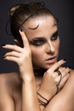 Belle fille de cyber avec le maquillage noir linéaire Photos stock