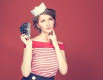 Belle fille de goupille- tenant dans le sien la main un appareil-photo de vintage photos libres de droits