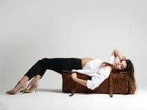 Belle fille de hippie se couchant dans la chemise blanche sur rétro brun images stock