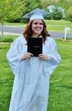 Belle fille de jeune adolescent juste reçue un diplôme Photo libre de droits