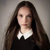 Belle fille de l'adolescence avec de longs cheveux et un grand collier Images stock