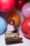 Belle fille de l'adolescence avec l'abaque en bois et une valise complètement de MOIS Photos libres de droits