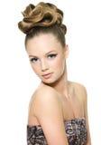 Belle fille de l'adolescence avec la coiffure moderne Photographie stock libre de droits
