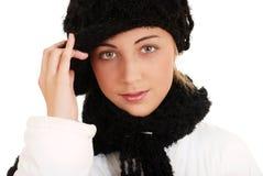 Belle fille de l'adolescence avec le chapeau et l'écharpe de l'hiver Photo stock