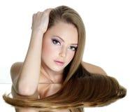 Belle fille de l'adolescence avec le long cheveu droit Image libre de droits