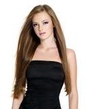 Belle fille de l'adolescence avec le long cheveu droit Photographie stock libre de droits