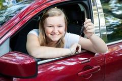 Belle fille de l'adolescence avec le véhicule neuf Photos libres de droits
