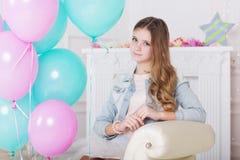 Belle fille de l'adolescence avec les ballons colorés Photos libres de droits