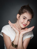 Belle fille de l'adolescence avec les cheveux droits bruns, posant sur le fond Photographie stock