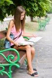 Belle fille de l'adolescence d'étudiant. Image libre de droits