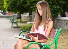Belle fille de l'adolescence d'étudiant. Image stock