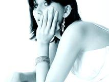 Belle fille de l'adolescence dans des sons bleus Photos libres de droits