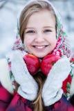 Belle fille de l'adolescence dans des vêtements nationaux russes avec les pommes rouges dans des mains d'hiver image stock