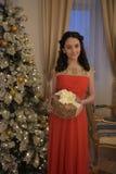 Belle fille de l'adolescence dans la robe rouge intelligente Photo stock